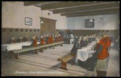Elke leeftijdsgroep heeft zijn eigen kleding in de jongens-eetzaal van het Burge…