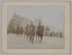 Militairen te paard op het Koningsplein tijdens de Algemene Werkstaking van 9 en…