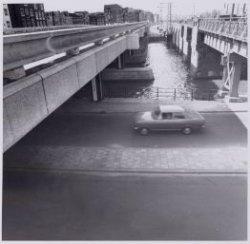 Links Brug 95 over de Korte Prinsengracht naar Haarlemmer Houttuinen en rechts h…