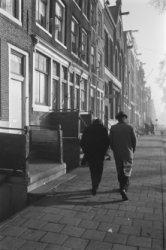 Wandelende man en vrouw op de Wittenburgergracht
