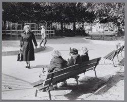 Ouderen op een bankje op de kinderspeelplaats op het Krugerplein