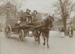 Militairen met paard en wagen op een brug over een van de grachten
