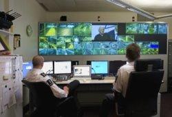 Medewerkers houden de beeldschermen in de controlekamer van de IJ-tunnel in de g…