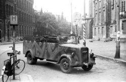Een verlaten Duits legervoertuig voor het Koninklijk Paleis, na de schietpartij …
