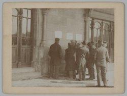 Belangstelling voor de nieuwsbulletins op de gevel van het Centraal Station op h…