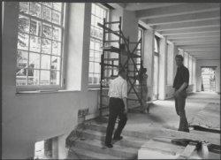 Bouwvakkers aan het werk in een expositiezaal van het toekomstig Amsterdams Hist…