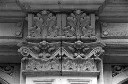 Gerard Doustraat 12 (ged.) - 14 (ged.) v.r.n.l., twee consoles onder de puibalk
