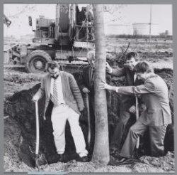 Wethouders Roel van Duijn en Rick ten Have planten een boom in het Geuzenbos nab…