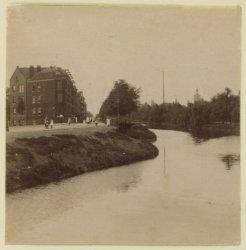 Haarlemmervaart en Haarlemmerweg 1-3-5 enz.gezien naar het westen. Rechts het We…