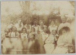 Verpleegsters en patiënten in de tuin van Paviljoen 3 van het Wilhelmina Gasthui…