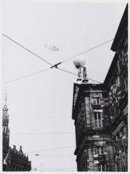 NOS-helikopter boven Koninklijk Paleis, Nieuwezijds Voorburgwal 147, tijdens inh…