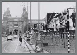 """Galerij van """"kunstwerken"""" langs de rijbaan van het Museumplein. Op de achtergron…"""