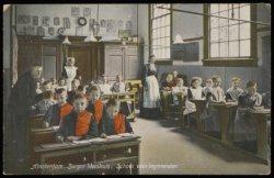 Een lagere schoolklas van het Burgerweeshuis, Kalverstraat 92. Uitgave N.J. Boon…