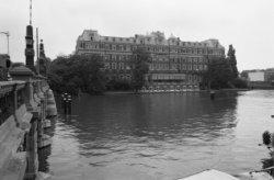 Prof. Tulpplein 1, het Amstel Hotel en links de Hogesluis (brug 246) met de Sarp…