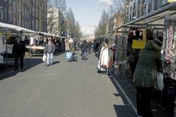 Markt in de Dapperstraat. Gezien in noordelijke richting naar de Mauritskade