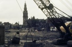 Waterlooplein, afbraak van het Waterlooplein gezien naar de Zuiderkerk ten behoe…