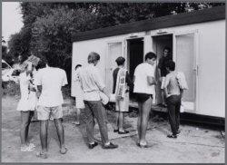 Zuider IJdijk 20. Rijen bij de douches op Camping Zeeburg