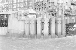 Beeldhouwwerk op de Leidsebrug over de Buitensingel (voorgrond) en American Hote…