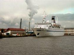 """Nieuwe Houthaven met een voormalig Russisch cruiseship, thans """"Rochdale One"""", be…"""