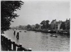 Amstel 218-220. Gezien in zuidelijke richting met rechts brug 36 over de Keizers…