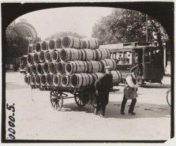 Vervoer van tonnen per handkar in de Sarphatistraat ter hoogte van Paleis voor V…