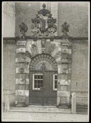 Oudezijds Voorburgwal 231, poort van de Agnietenkapel