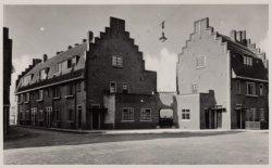 De la Reijstraat 25-27 (rechts, v.l.n.r.) en links Kraaipanstraat 47-51 (v.l.n.r…