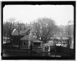 Stadhouderskade 43-46. Polderhuis met sluis in de Boerenwetering, gezien naar hu…