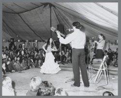 De Spaanse groep Los Embajadores viert feest in een tent op het Museumplein tijd…
