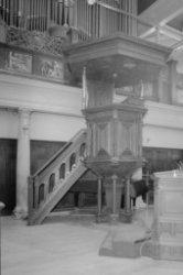 Singel 411, Oude Lutherse Kerk, interieur met kansel en deel orgel