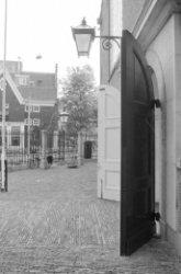 Singel 411, Oude Lutherse Kerk, voorpleintje met hekwerk. Zicht op de zijgevel v…
