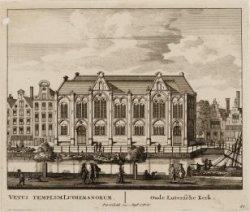 De Oude Lutherse kerk, Spui 25-27 (nummert op Singel 411). Rechts het Singel en …