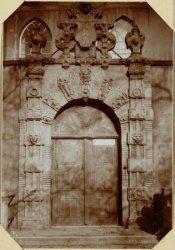 Poortje aan de voormalige Illustre School aan de Oudezijds Voorburgwal