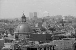 Gezicht vanaf de St. Nicolaaskerk op de Prins Hendrikkade naar het westen