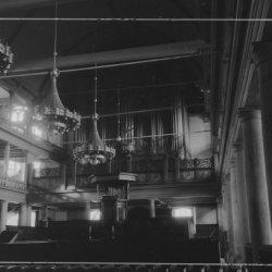 Singel 411, Oude Lutherse Kerk, interieur met blik richting preekstoel en orgel