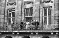 Koningin Wilhelmina op het balkon van het Koninklijk Paleis op de Dam