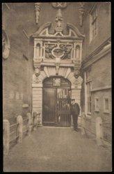 Ingang van het Burgerweeshuis Kalverstraat 92. Uitgave A.J. Nuss, Amsterdam. Met…