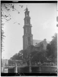 De Westerkerk, Prinsengracht 279-281. Op de voorgrond Brug 63 en rechts de Weste…