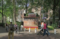 Johnny Jordaanplein met transformatorhuisje