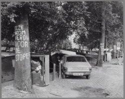 Protest tegen het rooien van iepen langs de Amstel voor de bouw van het Stadhuis…