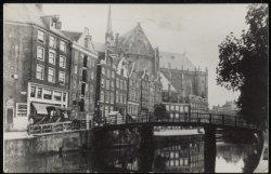 Nieuwezijds Voorburgwal 95-133, links de Sint Nicolaasstraat en op de achtergron…
