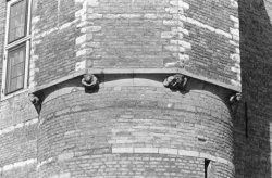 Nieuwmarkt 4, de Waag, detail gevel van een van de torens met gebeeldhouwde kopp…