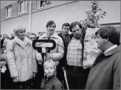 Betondorp. Johan Cruijff en wethouder Jan Schaefer bij gerenoveerde woningen