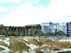 Besneeuwd bouwrijp terrein voor de bouw van nieuwbouwwoningen op het Westerdokse…