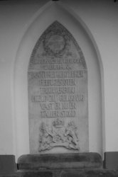 Dam 12, Nieuwe Kerk, gedenksteen voor het 25-jarig regeringsjubileum van Koningi…