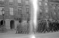 Defilé van Amsterdamse BS-ers voor het Koninklijk Paleis op de Dam, op de laatst…