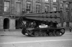Defilé van Canadese legervoertuigen voor het Koninklijk Paleis op de Dam, op de …