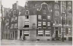Nieuwezijds Voorburgwal 3-5 (v.l.n.r.), hoek Brouwerssteeg