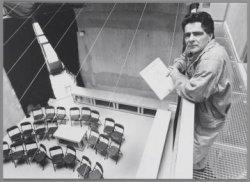 Marcel de Glas in de theaterzaal van het Vierwindenhuis aan het Windroosplein