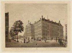 Het Koninklijk Paleis te Amsterdam aan de zijde van de Voorburgwal te zien